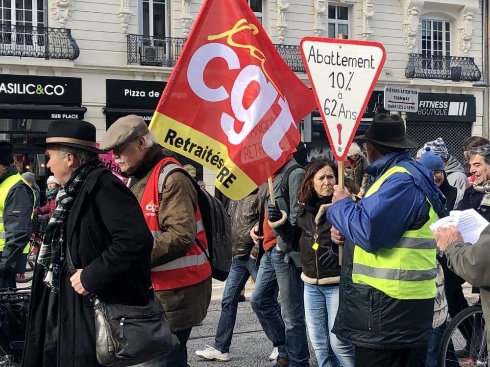 Drapeau de la CGT durant une manifestation grenobloise contre la réforme des retraites. ©Manon Heckmann - Place Gre'net
