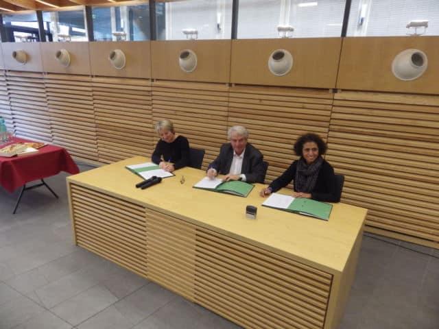 Signature de la convention pour la mise en œuvre du microcrédit social. Avec de gauche à droite, Béatrice Louvier, directrice du département Animation à la Caisse d'Epargne Rhône-Alpes, Renzo Sulli, président du CCAS et maire d'Echirolles, Kalthoum Clavel, présidente de Parcours Confiance Rhône Alpes. © Thomas Courtade - Place Gre'net
