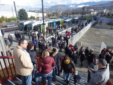 De nombreux riverains étaient présents pour l'arrivée du tramway au Pont de Claix. © Thomas Courtade - Place Gre'net