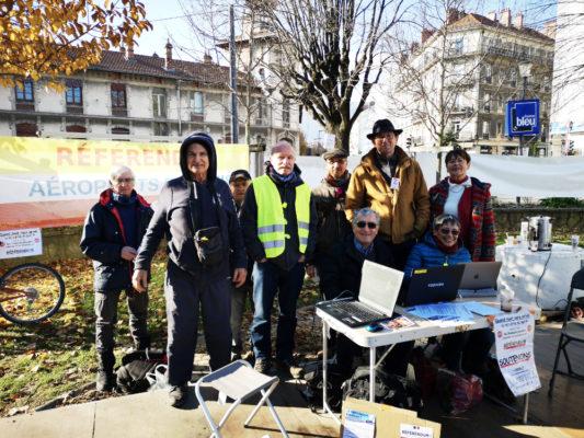 Des membres du collectif de coordination de la campagne pour un référendum sur ADP. © Joël Kermabon - Place Gre'net