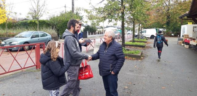 Des militants communistes distribuent des tracts à Echirolles pour alerter de la fermeture du centre des finances publiques. © CGT Isère