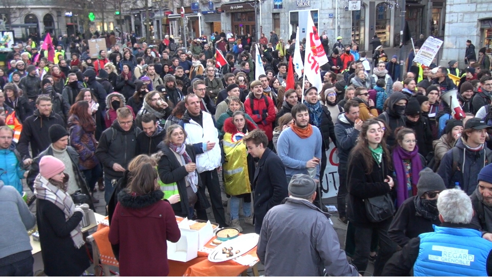 """Nouvelle manifestation """"sauvage"""" samedi 7 décembre, avec dégradation en règle d'un stand de campagne de la candidate LREM. © Joël Kermabon - Place Gre'net"""
