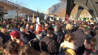 Plus de 400 personnes ont pris part à une manifestation sauvage qui s'est conclue par la dégradation du stand de campagne de la députée LREM Emilie Chalas. © Joël Kermabon - Place Gre'net
