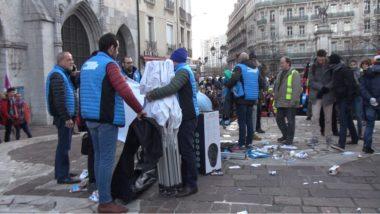 Plus de 400 personnes ont pris part à une manifestation sauvage qui s'est conclue par la dégradation du stand de campagne de la députée LREM Emilie Chalas.