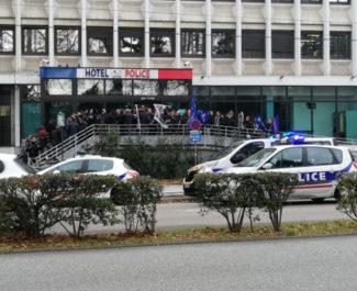 Rassemblement des policiers devant l'hôtel de police de Grenoble. © Unité SGP Police FO