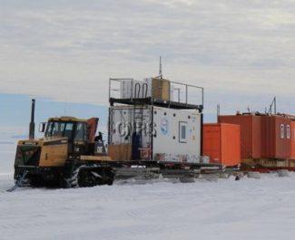 Convoi assemblé au-dessus de la base de Cap Prud'homme sur le continent Antarctique, juste avant le départ du raid ASUMA (Improving the accuracy of the surface mass balance of Antarctica). ASUMA est un programme ANR/IPEV dans le cadre duquel un raid scientifique est parti le 1er décembre 2016 depuis le point D10, à quelques kilomètres de la base française de Dumont d'Urville en Antarctique, en direction du centre du continent. Le but de ce programme est notamment de mieux connaître l'évolution actuelle de la neige accumulée en surface de l'Antarctique d'une année sur l'autre. Ceci permettrait de diminuer l'incertitude sur son régime actuel et sur son impact possible sur le niveau des mers. Le raid ASUMA a lieu dans une zone encore largement inconnue d'un point de vue scientifique, car très peu de mesures y ont été faites au sol. Il s'agit d'une zone de transition entre la côte et le plateau Antarctique. UMR5001 Institut des Géosciences de l'Environnement 20170034_0011
