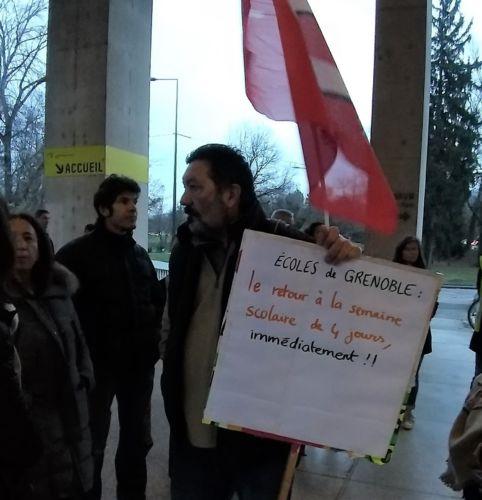 Rassemblement devant le conseil municipal de Grenoble des partisans de la semaine de quatre jours © Force Ouvrière
