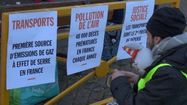 Devant l' école Joseph Vallier, des affichettes alertent sur la pollution de l'air. © Joël Kermabon - Place Gre'net