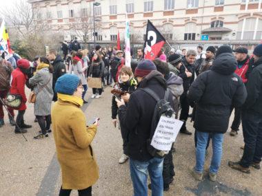 Élèves, parents et enseignants devant le lycée Vaucanson. © Joël Kermabon - Place Gre'net