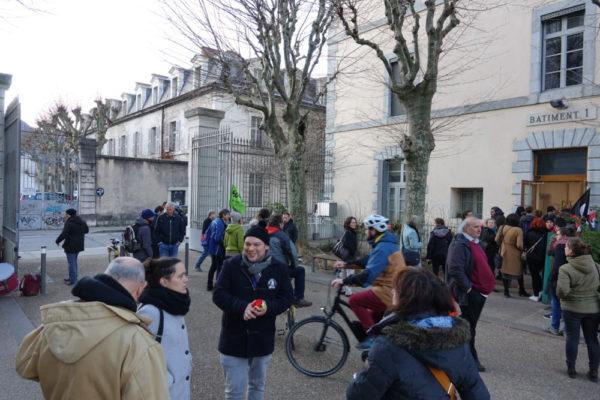 La délégation a été reçue à la cité administrative Dode, pendant qu'une manifestation d'enseignants se déroulait dans la cour. © Raphaëlle Denis - Place Gre'net