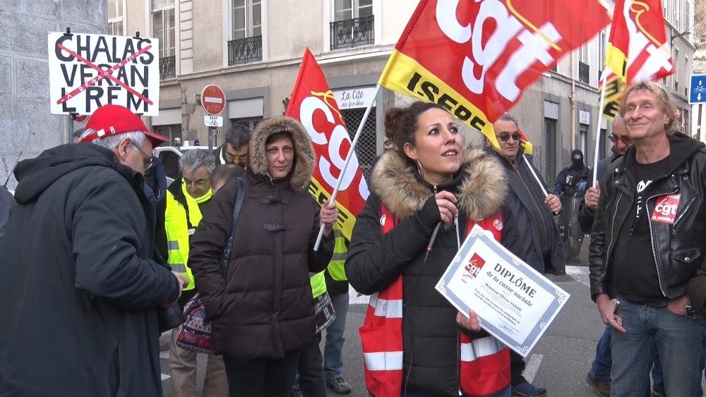 Quand la CGT Isère remettait un « diplôme de la casse sociale » au député Olivier Véran, devenu depuis ministre de la Santé ©Joël Kermabon - Place Gre'net