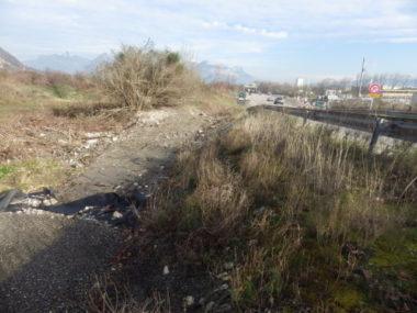 Une nouvelle piste cyclable de près de six kilomètres permettra de relier les communes d'Échirolles et du Pont-de-Claix via la zone commerciale de Comboire.Les travaux se poursuivent le long de la route menant à l'Espace Comboire. © Thomas Courtade - Place Gre'net