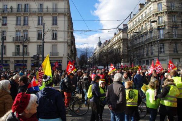 Nouvelle manifestation contre la réforme des retraites ce samedi 11 janvier 2020 à Grenoble. Et un seul mot d'ordre: restermobiliser jusqu'au retrait.Entre 2 900 et 10 000 manifestants se sont rassemblés ce samedi 11 janvier à Grenoble. © Anissa Duport-Levanti