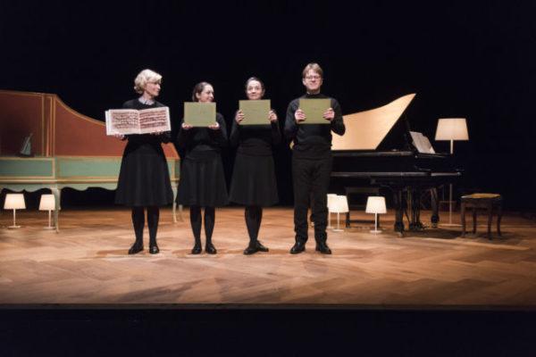 « Le petit livre d'Anna Magdalena Bach » à la MC2:Grenoble, jusqu'au 31 janvier. Une invitation, en famille et en musique, à rencontrer celle de Bach!MC2 LePetitLivreAnnaBach.©PoloGarat