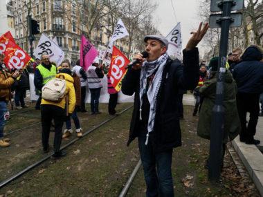 Le chanteur Kaddour Hadadi a créé l'ambiance pour cette manifestation pour les retraites. © Joël Kermabon - Place Gre'net