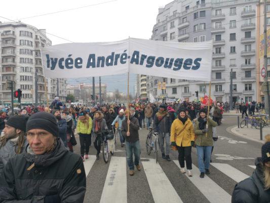 Des enseignants du lycée Argouges dans la manifestation contre la réforme des retraites. © Joël Kermabon - Place Gre'net