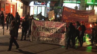 L'intersyndicale avait invité « toutes les femmes et les minoré.es de genre à rejoindre la marche aux flambeaux en tête de manifestation ». © Joël Kermabon - Place Gre'net