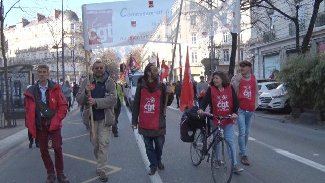 Des représentants CGT du CEA avaient décidé de ressortir leur banderole (un peu transparente). © Joël Kermabon - Place Gre'net