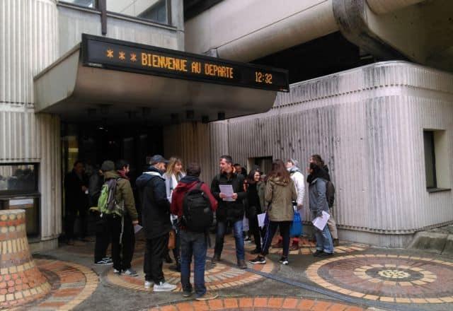 Action sociale : un secteur en danger selon la CGT Isère. Distribution de tracts des travailleurs sociaux de l'Isère devant l'Hôtel du Département en janvier 2020 © Florent Mathieu - Place Gre'net
