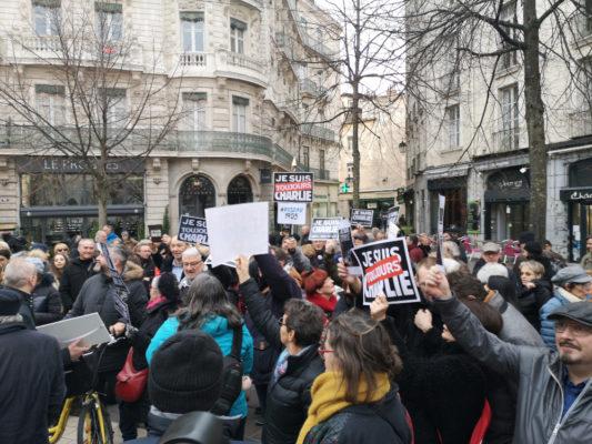 Un peu moins d'une centaine de personnes, toujours Charlie, ont réitéré leur attachement à la liberté d'expression. © Joël Kermabon - Place Gre'net