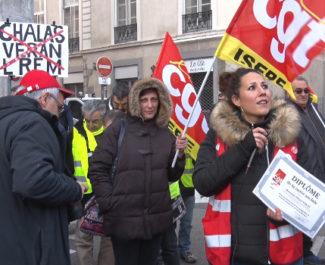 Élisa Balestrieri de la CGT Isère s'apprêtant à remettre un « diplôme de la casse sociale au député Olivier Véran. ©Joël Kermabon - Place Gre'net