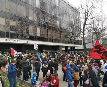 Prés de 300 personnes sous les fenêtres du rectorat. © Joël Kermabon - Place Gre'net