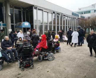 Infirmier(es), patients et soutiens rassemblés devant le siège de la CPAM de l'Isère contre le BSI. © Joël Kermabon - Place Gre'net