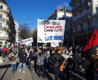 Mobilisation de milliers de manifestants ce 14 janvier à Grenoble contre la réforme des retraites. Les syndicats appellent déjà à un autre défilé jeudi.