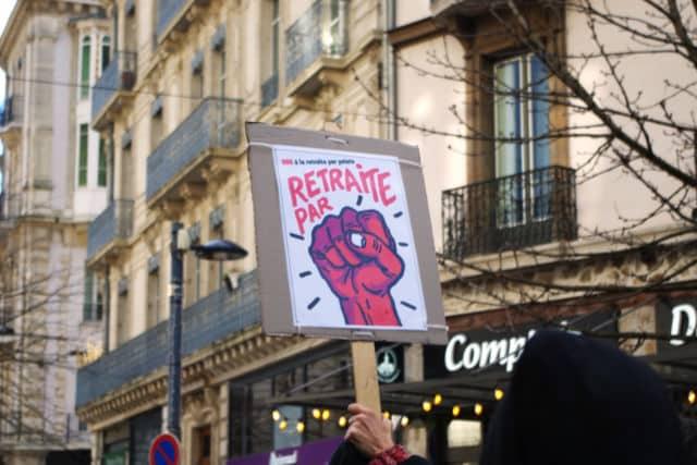 Sur cette pancarte, un jeu de mot souvent utilisé dans la mobilisation. © Anissa Duport-Levanti