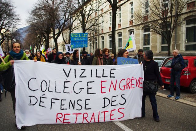 Mais aussi des banderoles de professeurs en grève, comme celle du collège de Vizille © Anissa Duport-Levanti