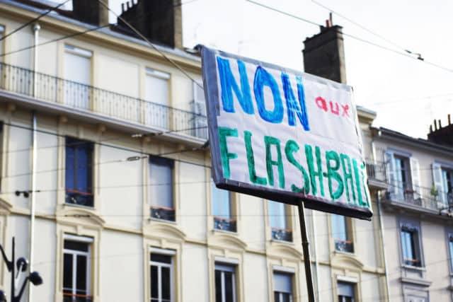 Au-delà de la réforme en elle-même, certains on souhaité dénoncer les violences policières survenues depuis le début du mouvement des gilets jaunes. © Anissa Duport-Levanti