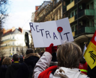 Le mot d'ordre de la manifestation ce samedi : mobilisation jusqu'au retrait de la réforme. © Anissa Duport-Levanti