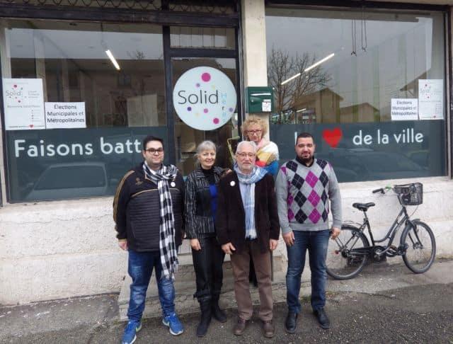 Georges Oudjaoudi, candidat à la mairie de Saint Martin d'Hères. Ici entouré de quelques uns de ses soutiens devant le local de campagne de la liste Solid'Hères. © Thomas Courtade - Place Gre'net