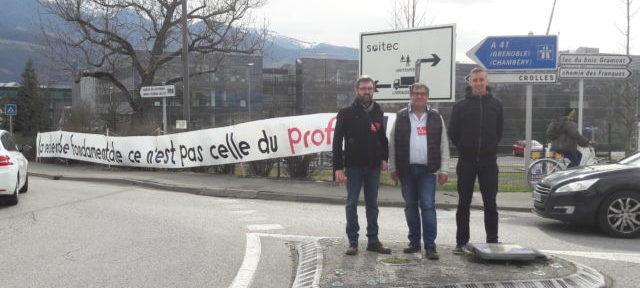 De gauche à droite : Jérémie Giono, secrétaire départemental du PCF, Alain Pianetta, secrétaire de section du PCF Grésivaudan, et Fabrice Lallement, secrétaire de la CGT Soitec, devant les locaux de l'entreprise ce mardi 25 février. © CGT-PCF