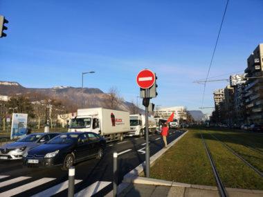 Le blocage a provoqué un gros ralentissement du trafic sur l'avenue des Martyrs. © Joël Kermabon - Place Gre'net