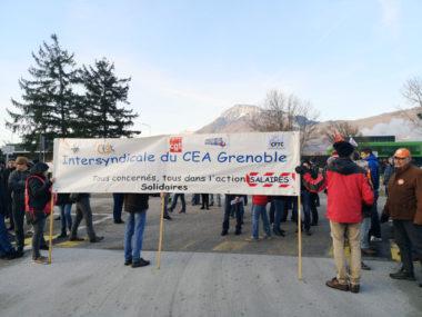Des salariés en grève du CEA de Grenoble ont bloqué l'une des entrées du site grenoblois pour la défense de leurs salaires. © Joël Kermabon - Place Gre'net