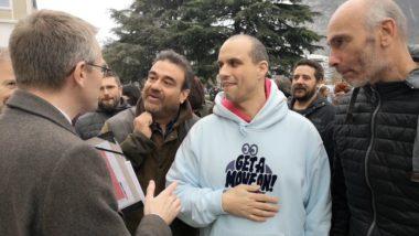 Les chercheurs ulcérés par la présence des gendarmes mobiles refusent l'offre de dialogue du directeur de cabinet du préfet de l'Isère. © Joël Kermabon - Place Gre'net