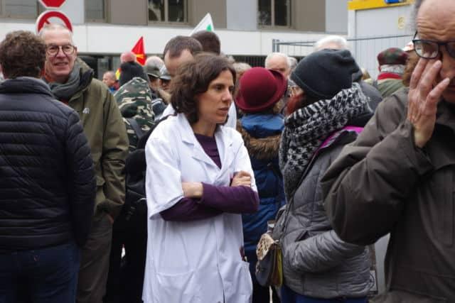 Personnels hospitaliers et usagers se sont mobilisés devant le groupe hospitalier mutualiste jeudi 30 janvier pour dénoncer la vente au privé lucratif. © Anissa Duport-Levanti