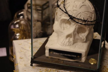"""Cette sculpture nommée """"human self destruction"""" rappelle que l'on ne met pas seulement en danger la nature, mais aussi notre propre survie. © Anissa Duport-Levanti - Place Gre'net"""