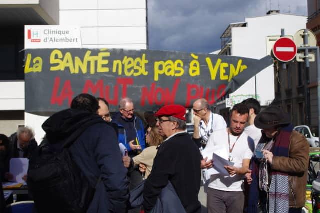 Manifestation des porteurs de projet de la Scic devant la Clinique d'Alembert © Anissa Duport-Levanti - Place Gre'net