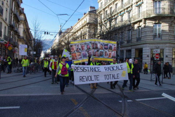 La manifestation est partie de la gare de Grenoble à 14h30 et regroupait au début environ 200 personnes. © Anissa Duport-Levanti