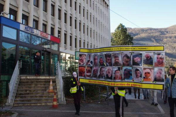 Devant l'hôtel de police, les gilets jaunes ont dénoncé les violences policières. © Anissa Duport-Levanti Place Gre'net