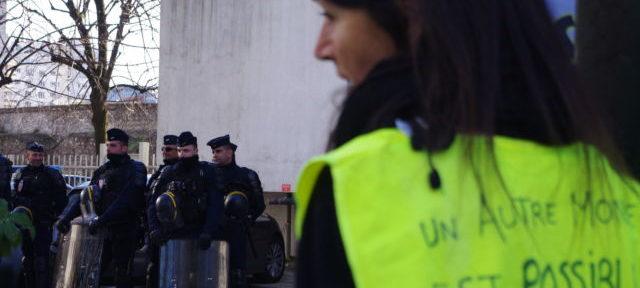 Les gilets jaunes ont continué d'exhorter la police à rejoindre la contestation. © Anissa Duport-Levanti - Place Gre'net