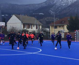 Jeunes jouant au foot sur le nouveau terrain de futsal du stade Auguste Delaune à Echirolles - 26 février 2020 © Ambre Croset