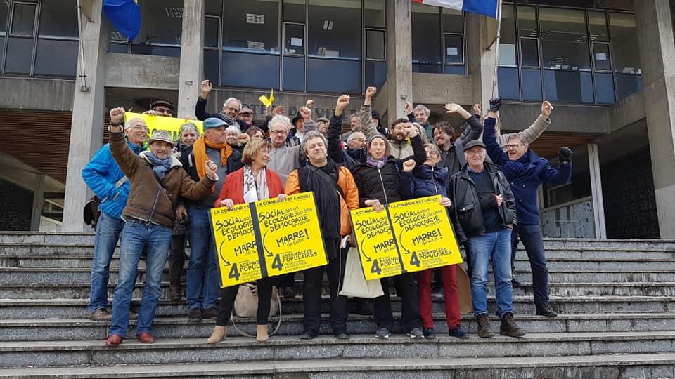 Les colistiers de La commune est à nous ! sur les marches de l'hôtel de ville de Grenoble, vendredi 21 février 2020 © Séverine Cattiaux - Place Gre'net