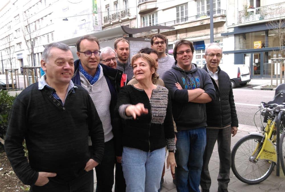 Catherine Brun entourée de plusieurs colistiers Lutte Ouvrière © Florent Mathieu - Place Gre'net