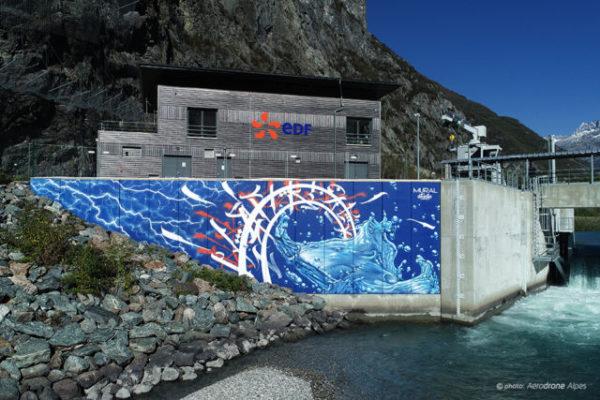 La fresque réalisée par Mural Studio pour le barrage EDF de Romanche-Gavet. © Aérodrone Alpes
