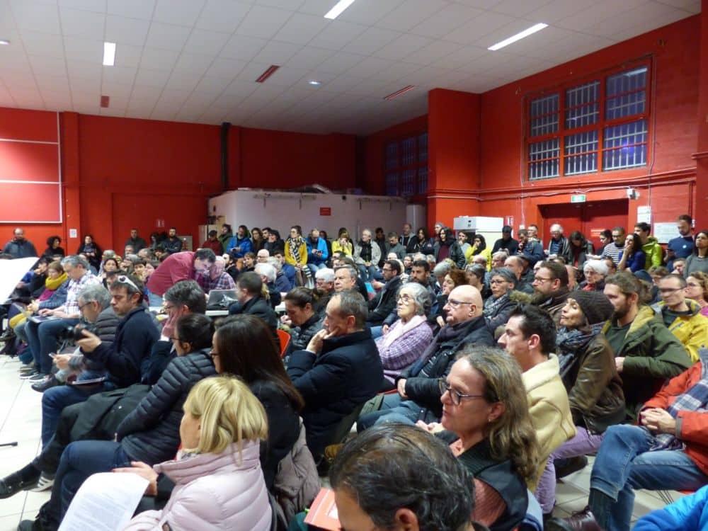 Une salle rouge bondée à l'occasion de la réunion publique © Florent Mathieu - Place Gre'net