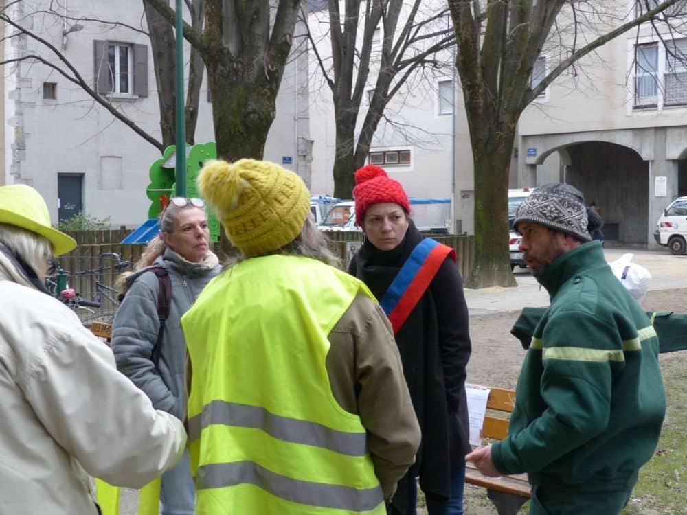Une conseillère régionale (Émilie Marche) et des Gilets jaunes en soutien aux agents de l'ONF © Florent Mathieu - Place Gre'net
