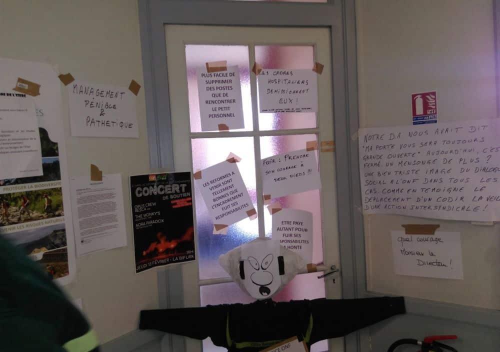 La porte du bureau du directeur de l'agence iséroise de l'ONF redécorée par les manifestants © Florent Mathieu - Place Gre'net